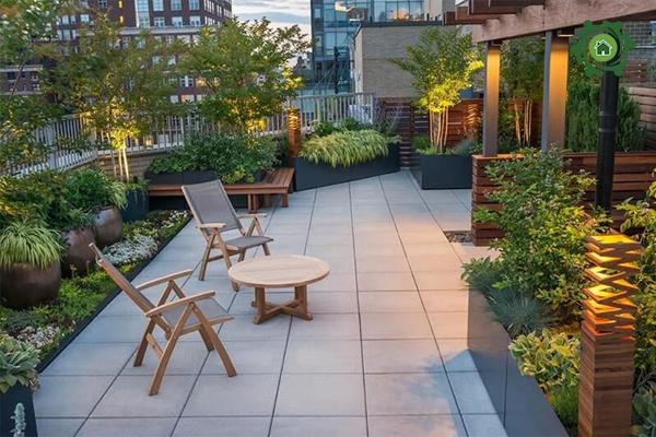 Cách trang trí sân vườn nhà cấp 4 với bộ bàn ghế