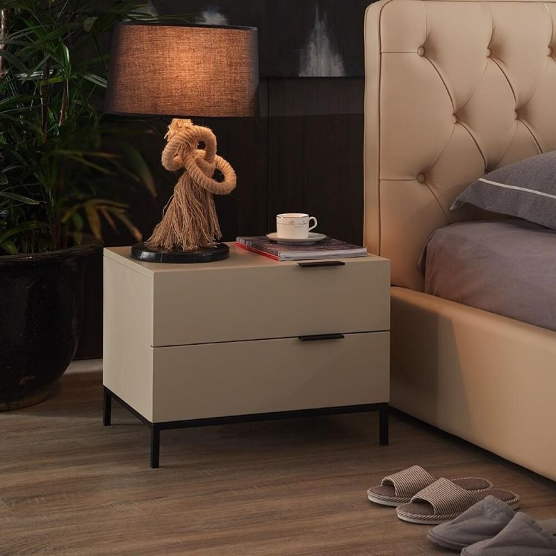 Tủ có thiết kế với 1 ngăn kéo và 1 ngăn để đồ mở cung cấp sức chứa lớn để sách, đèn và các điểm nhấn nghệ thuật, không bám bụi và đảm bảo được sự riêng tư. Tủ được làm từ gỗ tự nhiên và kim loại chất lượng giúp sử dụng lâu dài. Đây chính là sự lựa chọn hoàn hảo để làm nổi bật đồ nội thất hiện có của không gian phòng ngủ.