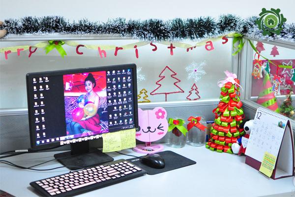 Trang trí noel văn phòng công ty tại khu vực bàn làm việc