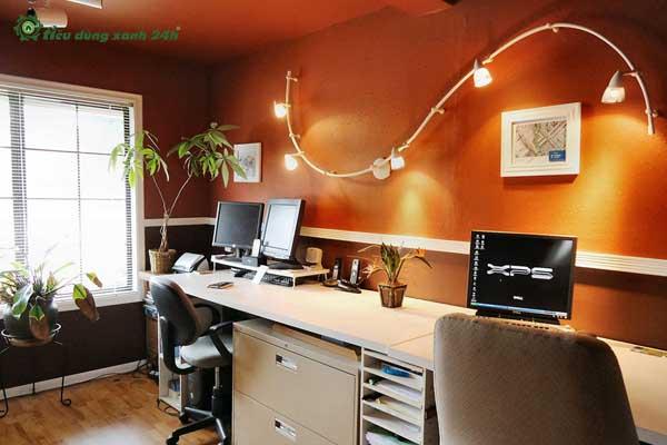 Trang trí phòng làm việc công sởằng đèn treo tường